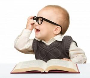 petit bébé qui apprend la vie